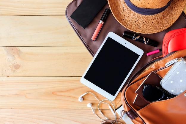 Accessoires de vacances d'été de la femme sur fond de plancher en bois Photo Premium