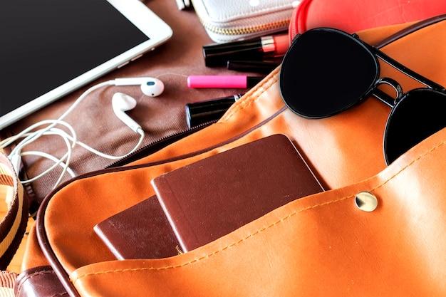 Accessoires de vacances d'été sur fond de plancher en bois. sur la lumière Photo Premium