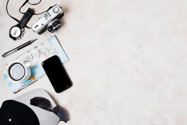 Accessoires de voyage avec espace de copie Photo gratuit