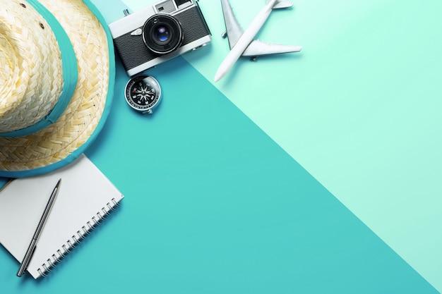 Accessoires de voyage d'été avec boussole sur téléphone sur l'espace de copie vert bleu Photo Premium