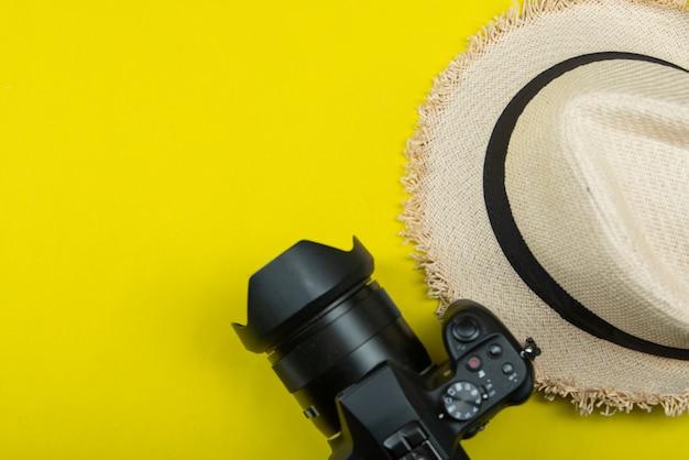 Accessoires de voyage d'été sur jaune Photo gratuit