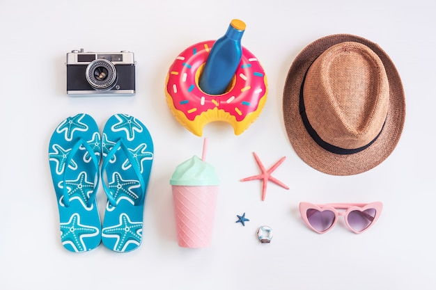 Accessoires de voyage sur fond blanc, concept de vacances d'été Photo Premium