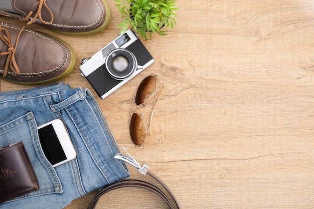 Accessoires de voyage hipster, y compris un appareil photo rétro. Photo Premium