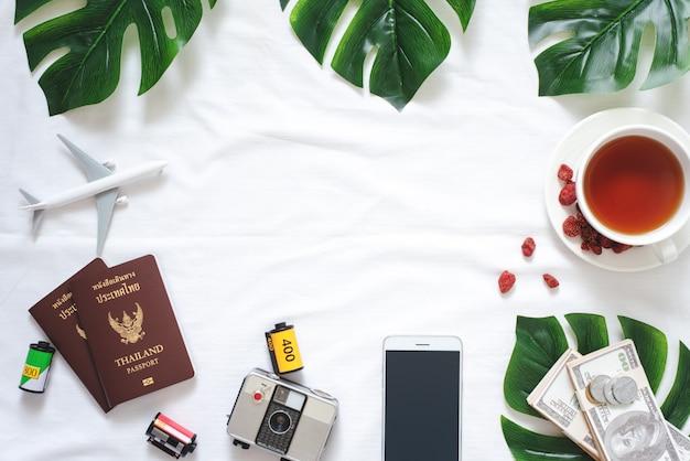 Accessoires de voyage et de style de vie flat lay Photo Premium