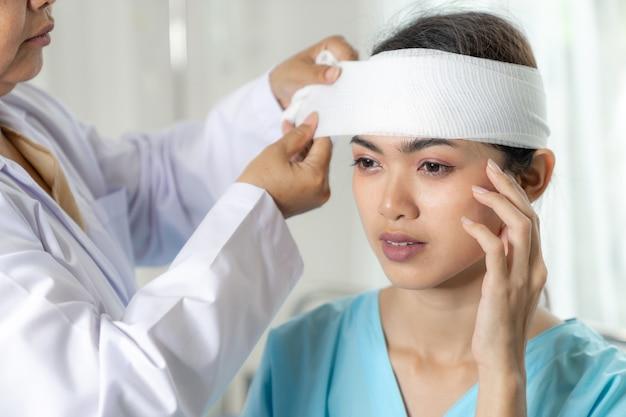 Accident Des Patients Blessés Maux De Tête Femme à L'hôpital - Concept Médical Photo gratuit