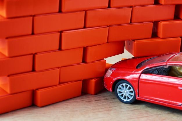 Un accident de la route. automobile heurte un mur de briques. un concept d'assurance voiture Photo Premium