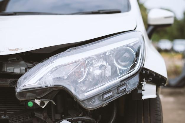 Accident de voiture endommagé sur la route Photo Premium