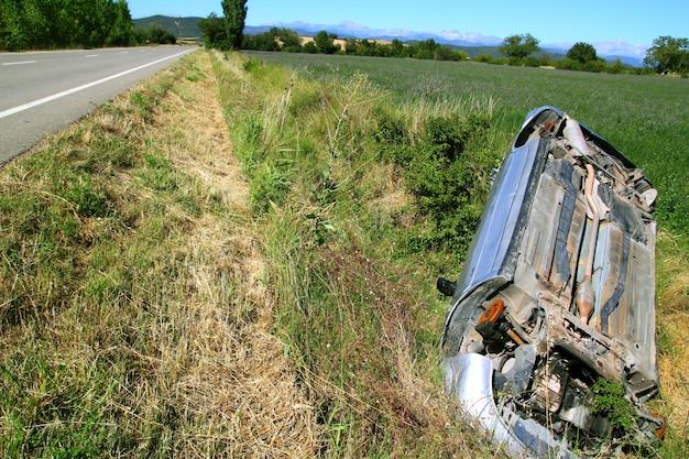 Accident de voiture véhicule à l'envers Photo Premium