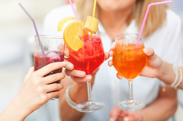 Acclamations avec des cocktails de couleurs différentes. Photo Premium