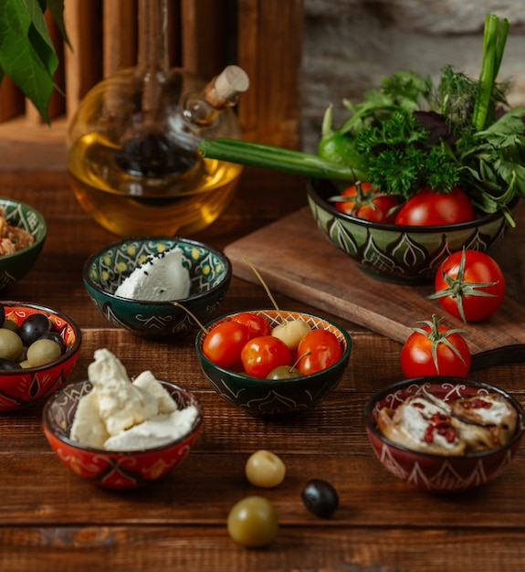Accompagnements pour le déjeuner dans des petits bols avec des motifs traditionnels Photo gratuit