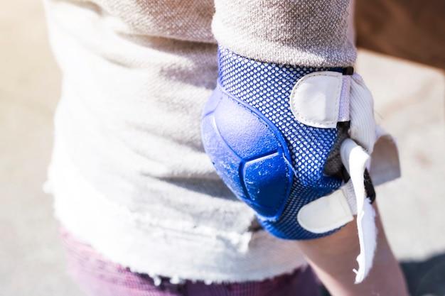 Un accoudoir bleu sur la main de la fille Photo Premium