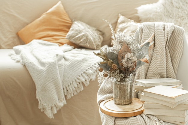 Accueil Intérieur Confortable De La Pièce Avec Des Livres Et Des Fleurs Séchées Dans Un Vase. Photo gratuit