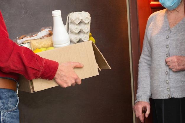Accueil Livrer De La Nourriture Ou Une Boîte De Dons Aux Personnes âgées En Quarantaine Pendant Covid-19 Photo Premium