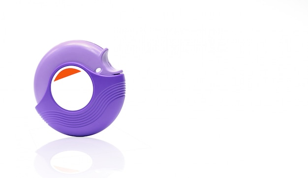 Accuhaler De L'asthme Pour Le Traitement De L'asthme, Contrôler Les Symptômes De L'asthme. Bronchodilatateur Et Stéroïdes Pour L'asthme Sévère. Dispositif Médical. Inhalateur De Stéroïdes Isolé Sur Fond Blanc Avec étiquette Vierge. Photo Premium