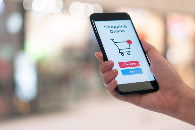 Achats en ligne avec service de livraison pour smartphone et sacs à provisions Photo Premium