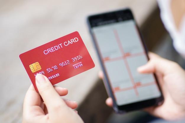 Achats En Ligne Avec Smartphone Et Service De Livraison De Sacs à Provisions Photo Premium