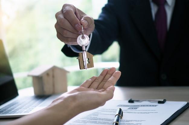 Les acheteurs à la maison prennent les clés à la maison des vendeurs Photo Premium