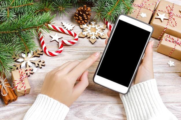 Une acheteuse passe commande sur l'écran du smartphone Photo Premium