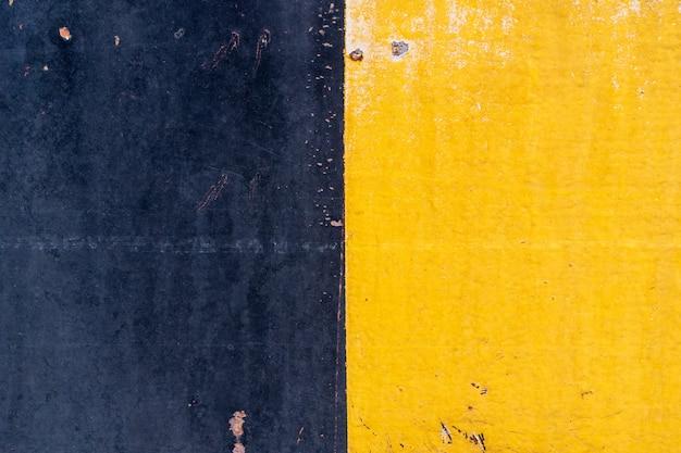 L'acier jaune-noir présente des abrasions dues à l'utilisation et à la durée. Photo Premium