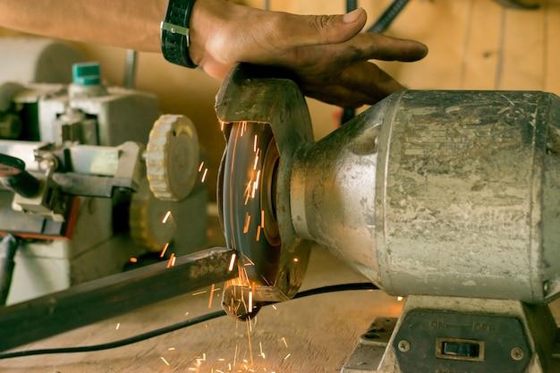 L'acier travaille avec des moteurs électriques. Photo Premium