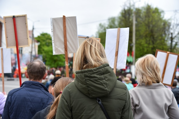 Action de protestation silencieuse en biélorussie, manifestation avec affiches Photo Premium