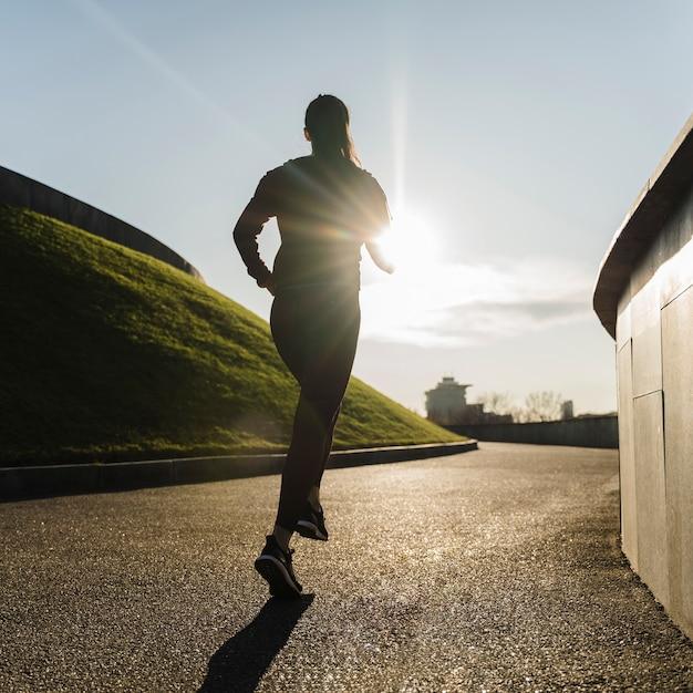Active jeune femme jogging en plein air Photo gratuit