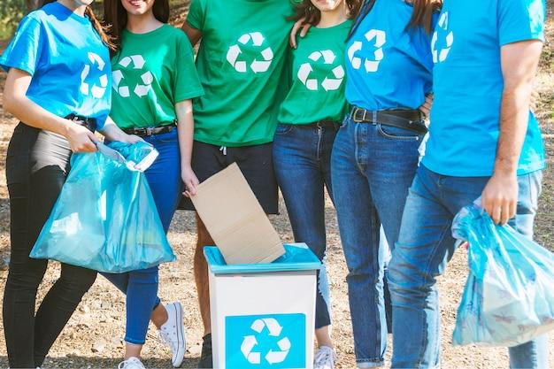 Activistes debout avec des sacs à ordures Photo gratuit