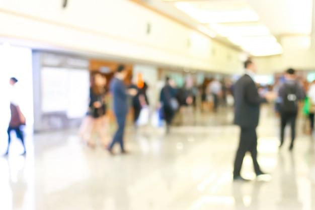Activité de gens d'affaires debout et marchant dans le hall flou. Photo Premium