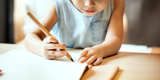 Activité de la progéniture de peinture concept d'imagination de fille décontractée Photo gratuit