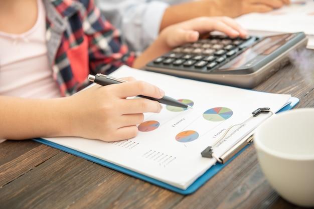 Administrateur Homme D'affaires Inspecteur Financier Et Secrétaire Faisant Rapport, Calcul Du Solde. Photo gratuit