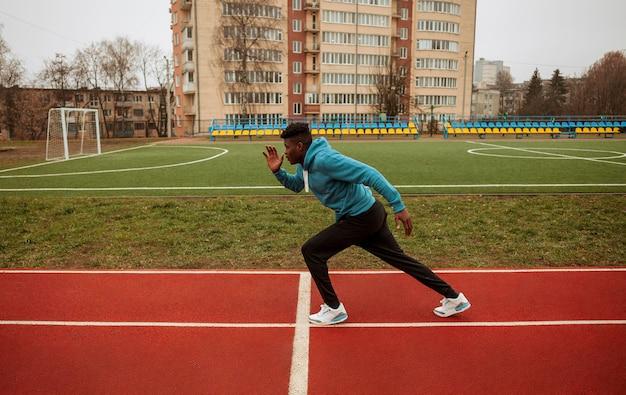 Adolescent Actif Jogging à L'extérieur Photo gratuit