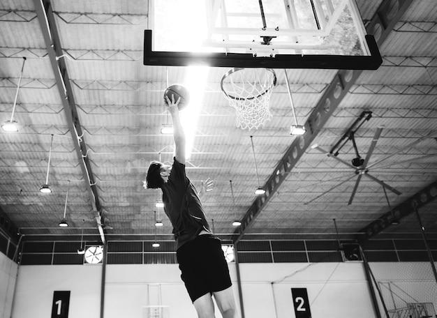 Adolescent caucasien, jouer basketball, seul, sur, les, cour Photo gratuit
