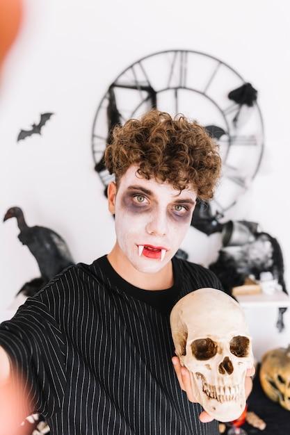 Adolescent, crocs, faire, selfie, à, crâne Photo gratuit