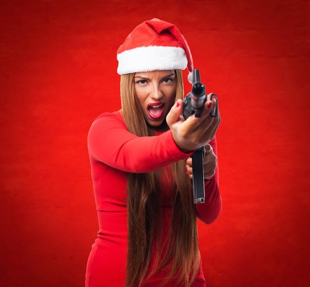 Adolescent dangereux posant avec une arme à feu Photo gratuit