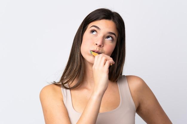 Adolescent Fille Brésilienne Se Brosser Les Dents Sur Le Mur Blanc Isolé Photo Premium