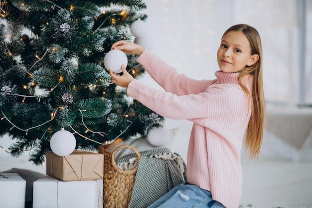 Adolescent Fille Décoration Arbre De Noël Photo gratuit