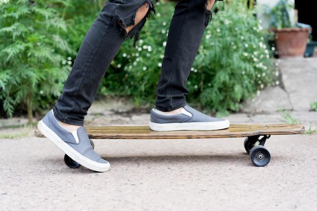 Adolescent garçon jouant sur la planche à roulettes au parc public Photo Premium