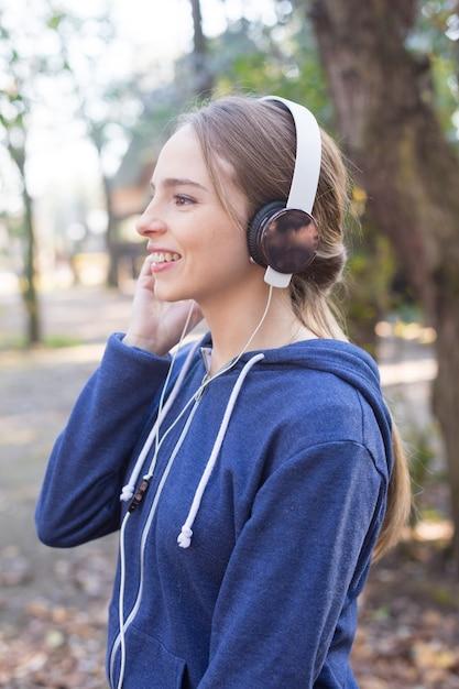 Adolescent heureux en appréciant la musique avant de lancer Photo gratuit