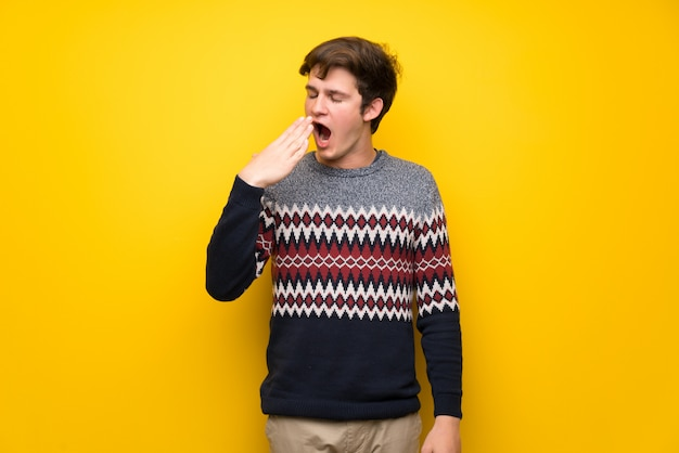 Adolescent, homme, mur jaune, bâillement, couverture, bouche grande ouverte, à, main Photo Premium