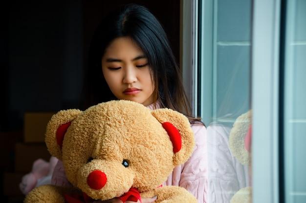 Adolescent mignon avec un gros ours en peluche Photo gratuit