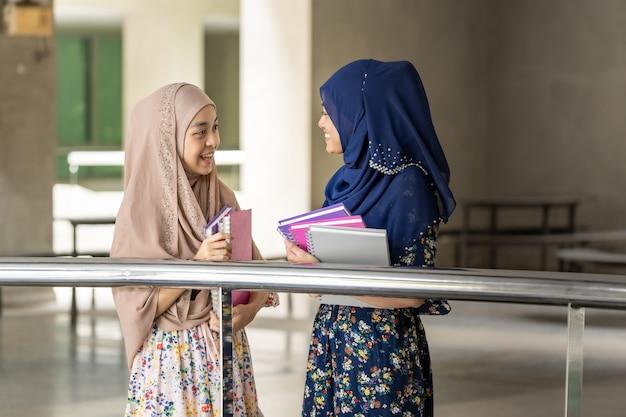Un Adolescent Musulman Tient Des Livres Et Discute Photo Premium