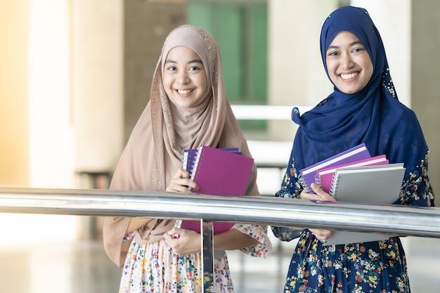 Un Adolescent Musulman Tient Des Livres Photo Premium
