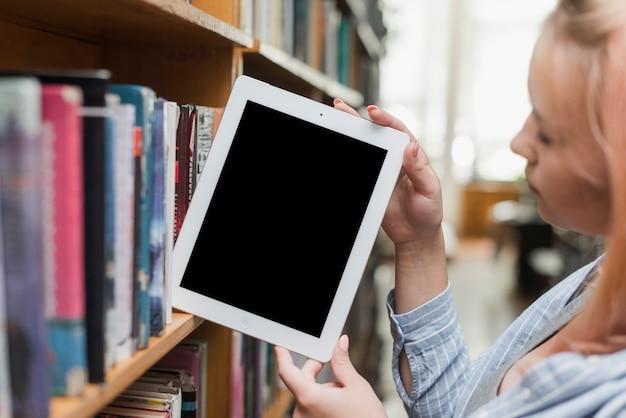 Adolescent, Prendre, Tablette, Depuis, étagère Photo gratuit