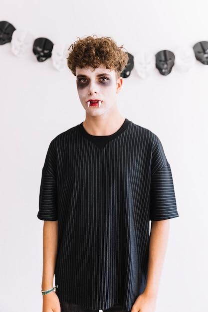Adolescent avec des sinistres et des crocs effrayants Photo gratuit