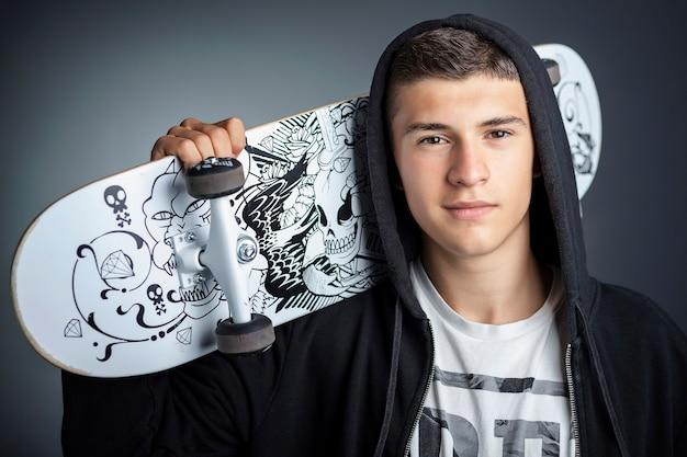 Adolescent skateboard Photo Premium