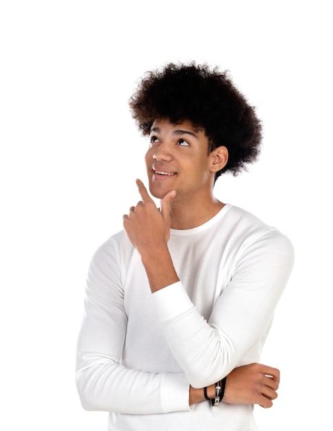 Adolescent songeur garçon avec coiffure afro Photo Premium