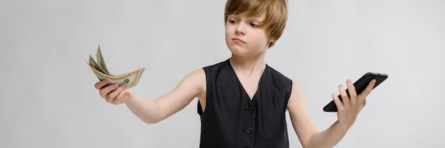 Un adolescent tient un téléphone dans une main Photo Premium