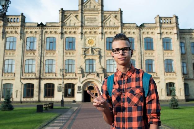 Adolescent tir moyen montrant le signe de la paix Photo gratuit