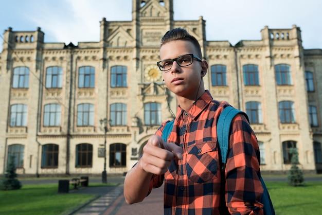 Adolescent tourné moyen pointant vers la caméra Photo gratuit