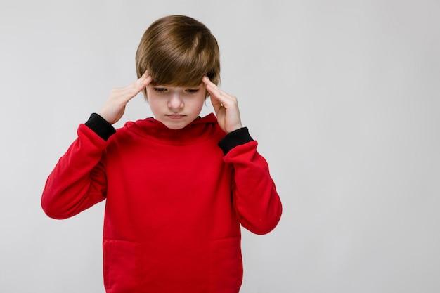 Adolescent triste dans des vêtements à la mode Photo Premium